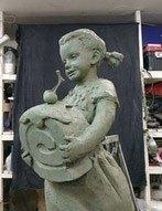 ВЧереповце появится «бронзовая девочка», которая держит вруках кусочек бисквитного рулета