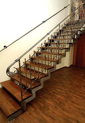 Лестница на косоурах металлическая