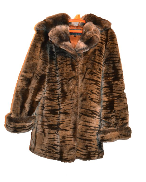 Продается шуба, искусственный мех, с капюшоном, цвет коричневый, размер...